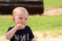 Baby isst Banane Stockbild
