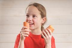 Baby isst Biokost Corn Flakes  Vitamine stockbilder