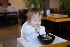 Baby isst die chinesischen Nudeln am Restaurant Stockfotografie