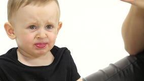 Baby isst eine Tomate, und ist gekrümmt Weißer Hintergrund Langsame Bewegung Abschluss oben stock video