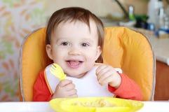 Baby isst Grützen Lizenzfreies Stockfoto