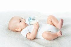 Baby isst von den Nippeln Stockbild