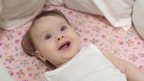 Baby ist lächelndes Lügen im Bett stock video footage