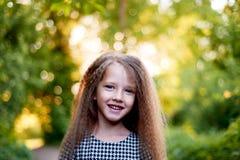 Baby 4 jaar, met blauwe ogen, kleine krullen Een prachtige tijd van kinderjaren en avontuur Warm zonlicht glimlachen royalty-vrije stock fotografie