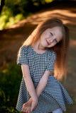 Baby 4 jaar, met blauwe ogen, kleine krullen Een prachtige tijd van kinderjaren en avontuur Warm zonlicht glimlachen stock foto's