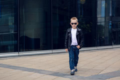 Baby 7 - 8 Jahre in der Sonnenbrille Lizenzfreie Stockbilder