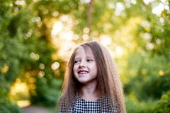 Baby 4 Jahre, mit blauen Augen, kleine Locken Eine wunderbare Zeit der Kindheit und des Abenteuers Warmes Sonnenlicht lächeln lizenzfreie stockbilder