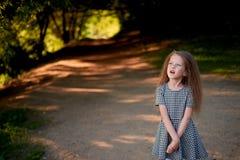 Baby 4 Jahre, mit blauen Augen, kleine Locken Eine wunderbare Zeit der Kindheit und des Abenteuers Warmes Sonnenlicht Stellung in stockfotografie