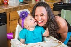 Baby küsst Mutter lizenzfreies stockfoto