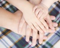 Baby, Kind, Mutter, Vaterhände Aufbau mit Schrauben und Muttern Stockbild