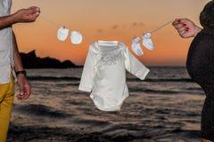 Baby-Kleidung auf einer Linie lizenzfreie stockfotos