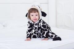 Baby in koekostuum Royalty-vrije Stock Foto's