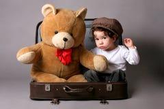 Baby in koffer Royalty-vrije Stock Afbeeldingen