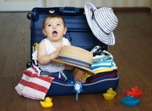 Baby in koffer klaar voor reis royalty-vrije stock afbeeldingen