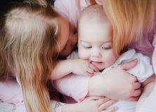 Baby kussende zusters en moeders Royalty-vrije Stock Fotografie