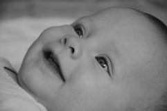 Baby lächelt b&w Stockfotos