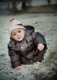 Baby lär att gå i wanter Arkivfoto