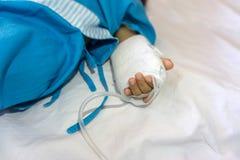 Baby låg i sjukhuset och gavs saltdam royaltyfri bild