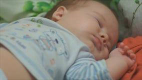 Baby liegt in der Krippennahaufnahme stock video