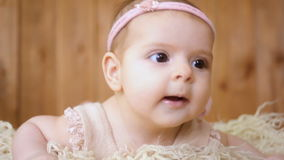 Baby liegt im Korb stock footage