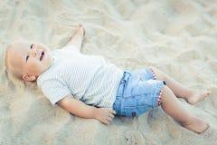 Baby ligga royaltyfri fotografi
