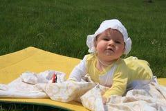 Baby ligga som är utomhus- royaltyfria bilder