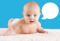 Baby lyftande huvud med anförandebubblan Royaltyfri Fotografi