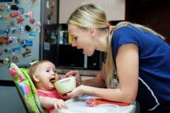Baby matande sked Arkivbild