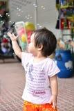 ฺà¸'Baby Mädchenspielseifenblase Lizenzfreies Stockbild