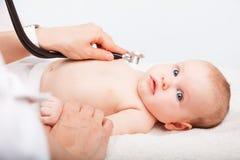 Baby medisch examen - de arts die hart controleren sloeg en longen met st royalty-vrije stock afbeelding