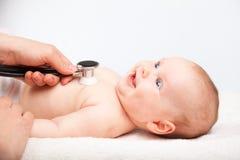 Baby medisch examen - de arts die hart controleren sloeg en longen met st stock afbeeldingen