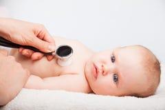 Baby medisch examen - de arts die hart controleren sloeg en longen met st royalty-vrije stock fotografie