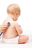 Baby medisch examen - het de zuigelingshart van artsencontroles sloeg met stethos Royalty-vrije Stock Fotografie