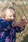 Baby Meisje Handen looking geluk Park stock afbeelding