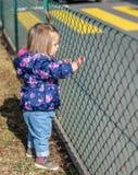 Baby Meisje looking geluk Handen Park royalty-vrije stock afbeelding