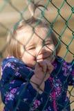 Baby Meisje looking Handen geluk Park royalty-vrije stock fotografie
