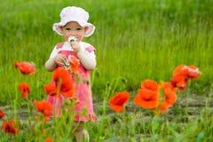Baby-meisje met rode bloem Stock Foto's