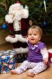 Baby met aanwezige Kerstmis Stock Foto