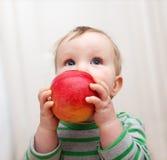 Baby met appel royalty-vrije stock afbeeldingen