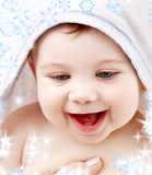 Baby met badstof hoodie robe op hoofd Royalty-vrije Stock Afbeeldingen