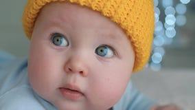 Baby met blauwe ogen stock videobeelden