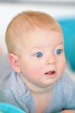 Baby met blauwe ogen Stock Afbeeldingen