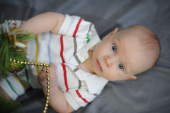 Baby met blauwe ogen dichtbij Kerstboom Nieuw jaar Stock Afbeeldingen