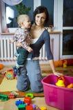 Baby met brij tijdens het spelen Royalty-vrije Stock Foto's