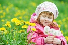 Baby met de lentepaardebloem Stock Foto's