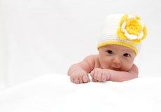 Baby met een gebreide hoed Stock Fotografie