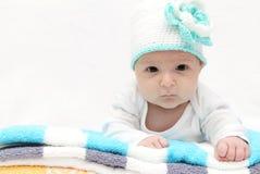 Baby met een gebreide hoed Stock Foto's