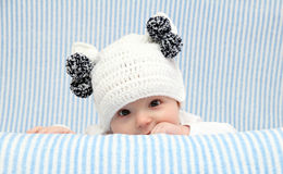 Baby met een gebreide hoed Stock Afbeelding