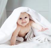 Baby met een handdoek Stock Foto's
