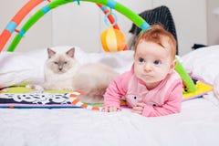 Baby met een kat royalty-vrije stock afbeelding